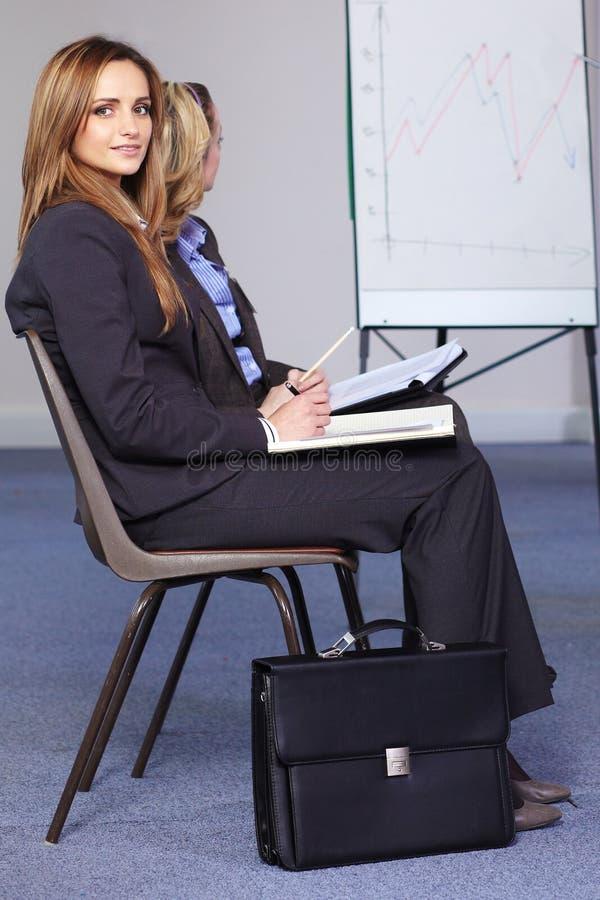 Jonge van het bedrijfs onderneemsterhorloge presentatie royalty-vrije stock foto's