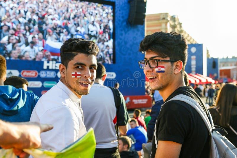 Jonge verdedigers van nationale de voetbalteams van Kroatië en van Engeland royalty-vrije stock afbeelding
