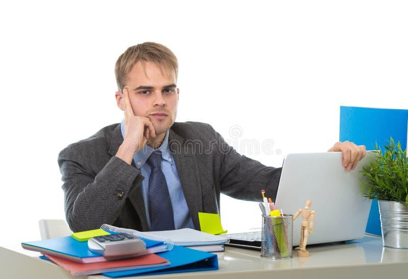 Jonge vermoeide overgewerkt en het verstoorde zakenman bekijken ongerust gemaakte zitting computerbureau stock foto