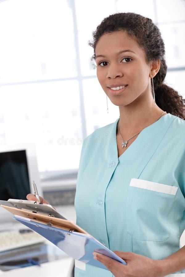 Jonge verpleegster met gevalbladen royalty-vrije stock foto's