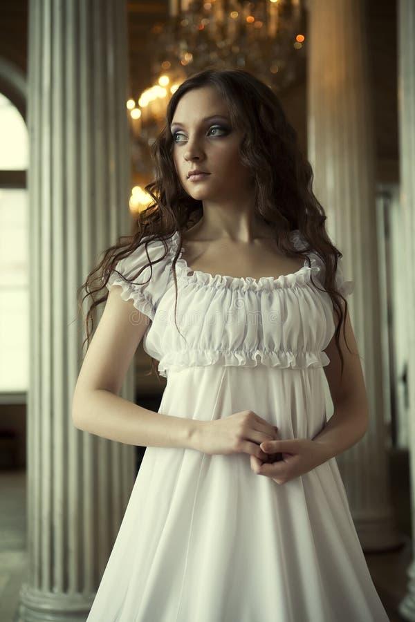 Jonge victorian dame in witte kleding royalty-vrije stock afbeeldingen
