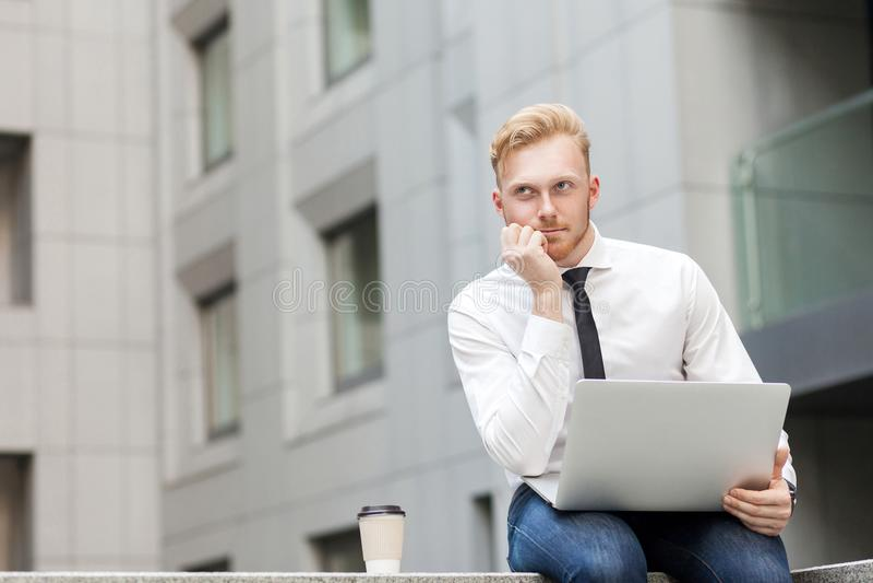 Jonge volwassen gember gebaarde zakenman, het werk in computer en het dromen stock foto's