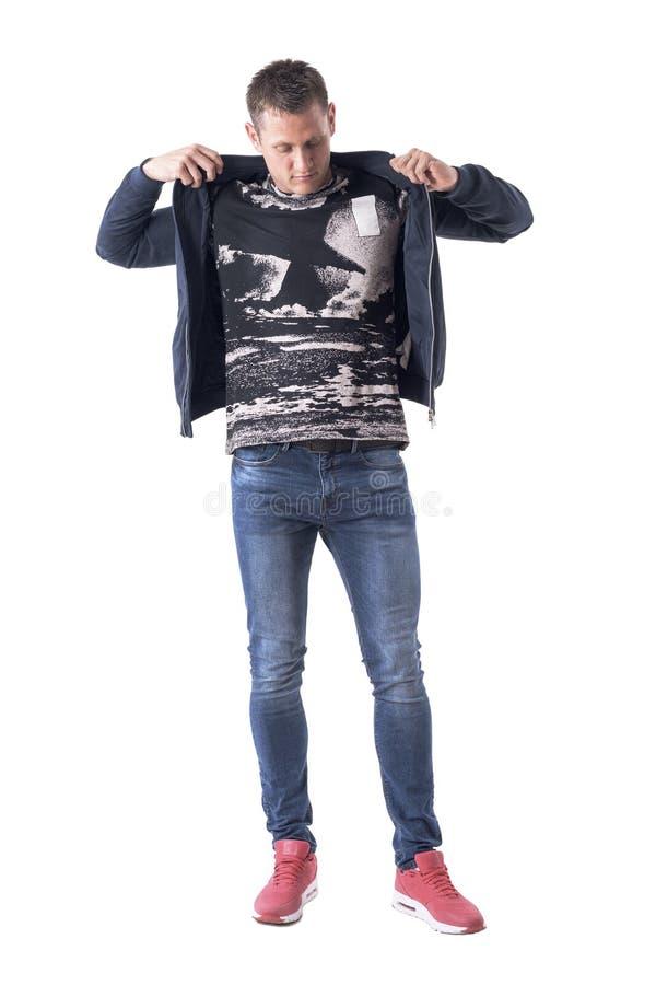 Jonge volwassen knappe toevallige mens die gekleed in blauw bommenwerpersjasje worden stock foto's