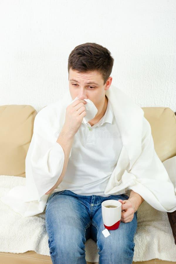 Jonge volwassen mens die ziek voelen stock afbeeldingen