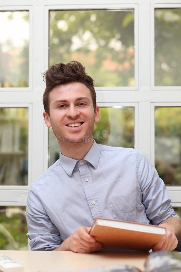 Jonge volwassen mens met notaboek stock afbeeldingen