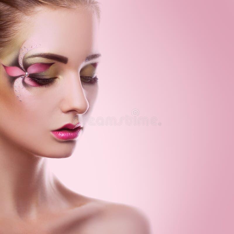 Jonge volwassen vrouw met gesloten ogen en creatieve make-up op roze B royalty-vrije stock foto's