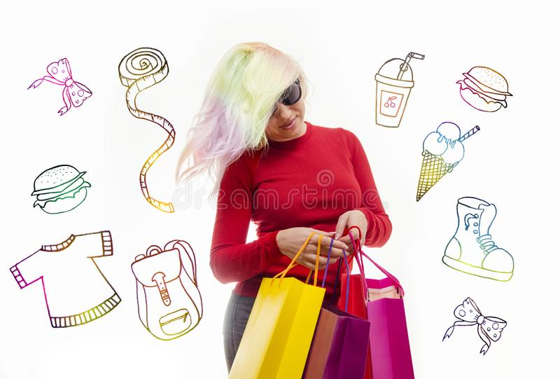 Jonge volwassen vrouw met kleurrijk haar en het winkelen zakken eigentijds art. stock foto's