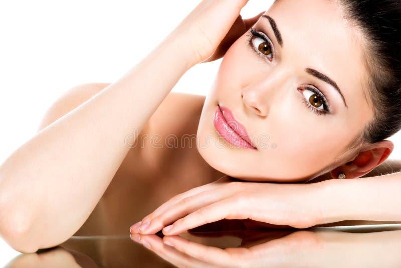 Jonge volwassen vrouw met mooi gezicht stock afbeeldingen