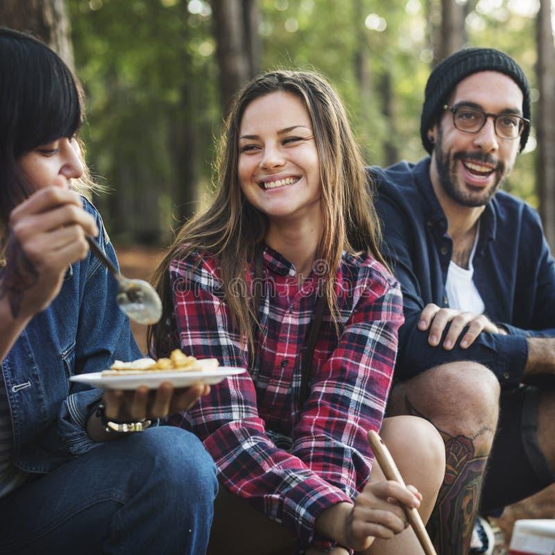 Jonge Volwassene die het Koken het Kamperen eten royalty-vrije stock foto