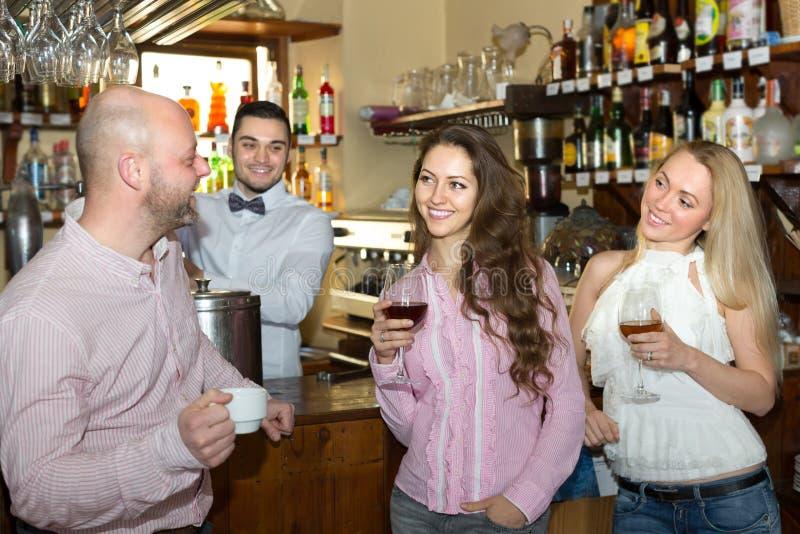 Jonge volwassenen in bar stock afbeeldingen