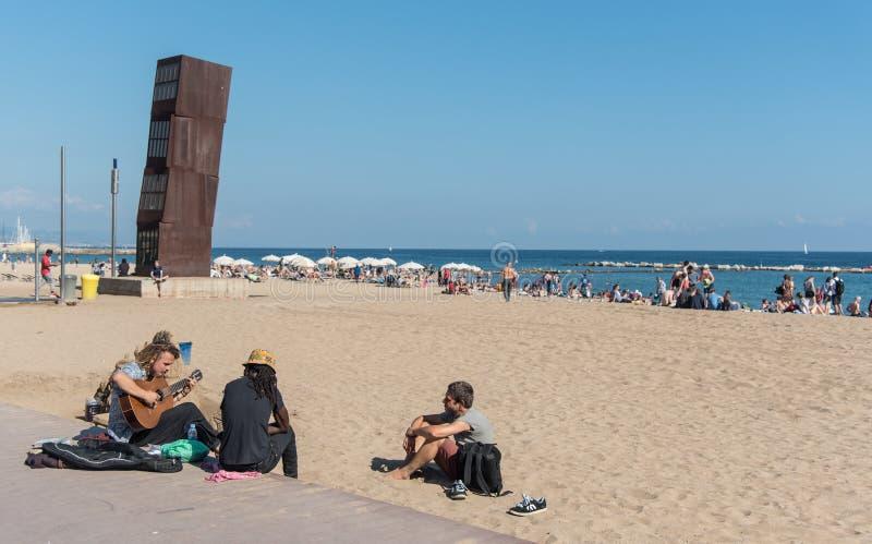 Jonge volwassenen die muziek op het strand van Barcelona spelen royalty-vrije stock fotografie