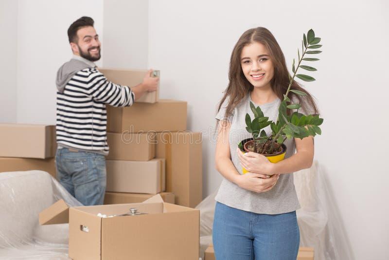 Jonge volwassenen die zich in nieuw huis bewegen stock afbeelding