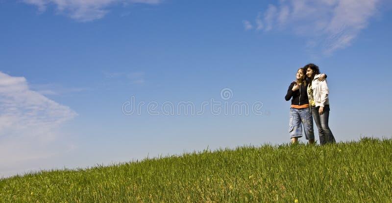 Jonge vrienden in de heuvel stock fotografie