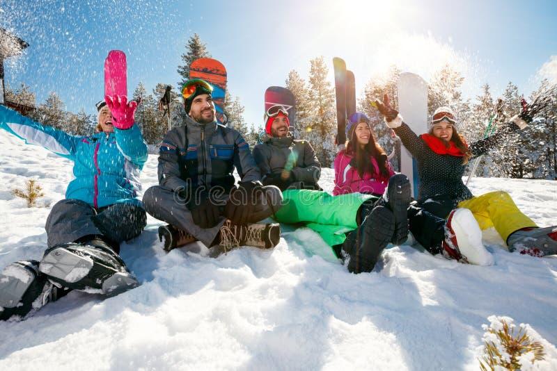 Download Jonge Vrienden Die Op Berg Op De Winterdag Genieten Van Stock Afbeelding - Afbeelding bestaande uit snowboard, toevlucht: 107707845