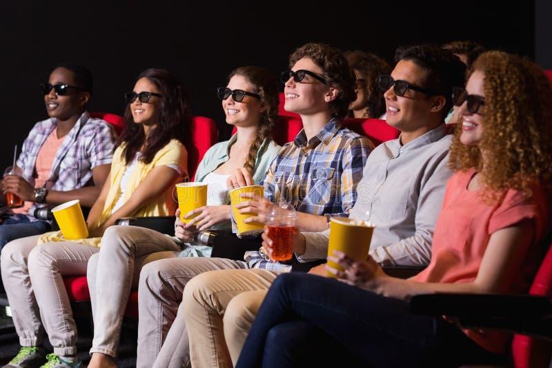 Jonge vrienden die op een 3d film letten royalty-vrije stock afbeelding
