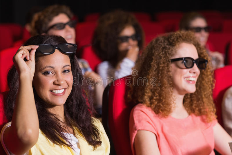 Jonge vrienden die op een 3d film letten stock foto's
