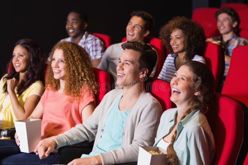 Jonge vrienden die op een film letten royalty-vrije stock afbeeldingen