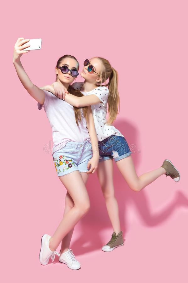 Jonge vrienden die selfie nemen royalty-vrije stock foto