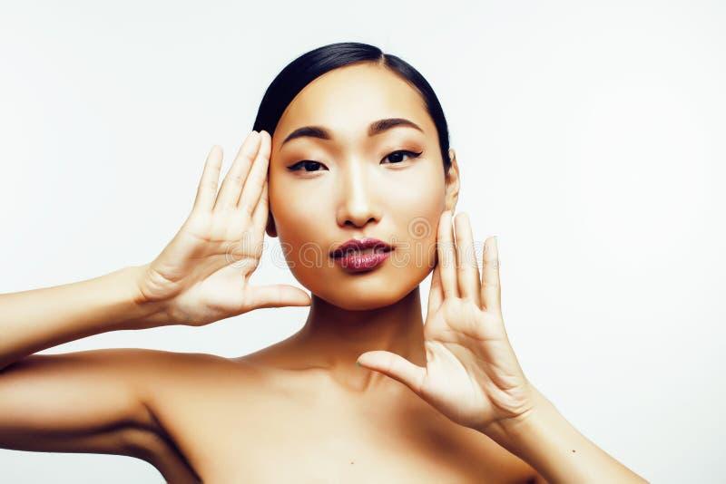 Jonge vrij Aziatische die vrouw met handen op gezicht op witte achtergrond, modieus de mensenconcept wordt geïsoleerd van de mani royalty-vrije stock fotografie