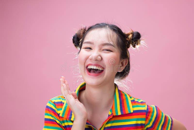Jonge vrij Aziatische vrouwenlach met geluk stock fotografie