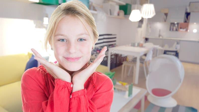 Jonge vrij blonde meisjeshanden onder kin in haar ruimte stock afbeeldingen