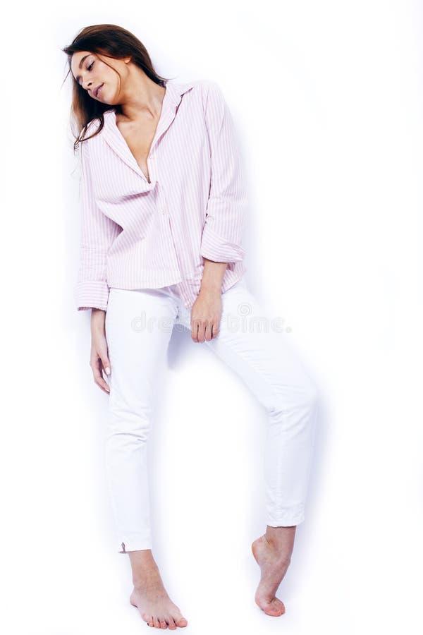 Jonge vrij donkerbruine vrouw die het emotionele gelukkige glimlachen op witte ge?soleerde achtergrond stellen, levensstijl peole stock fotografie