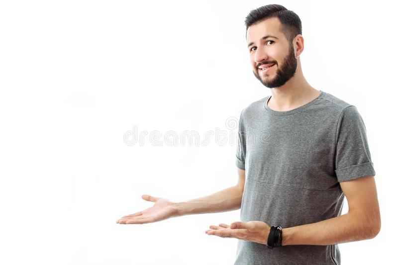 Jonge vrolijke gebaarde mens die vinger richten op lege ruimte op bac royalty-vrije stock foto