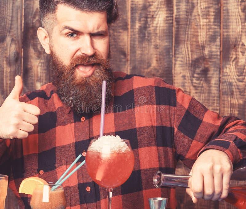 Jonge vrolijke hipster met grimas op gezicht, mens die overhemd dragen stock fotografie