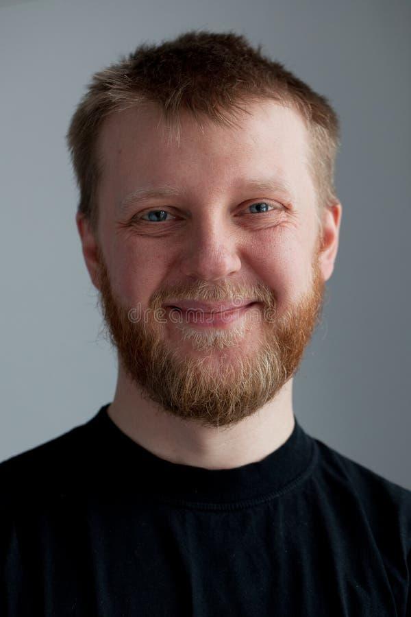 Jonge vrolijke kerel met een baard royalty-vrije stock fotografie