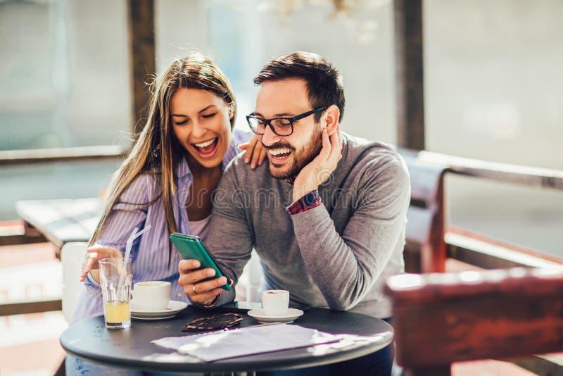 Jonge vrolijke man en vrouw die en het besteden tijd samen dateren stock foto