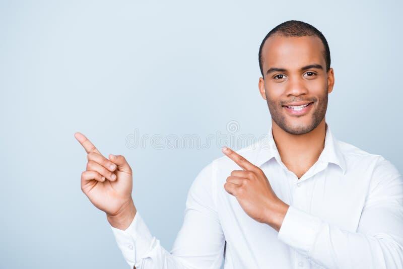 Jonge vrolijke succesvolle zwarte advocaat op de zuivere lichtblauwe bedelaars stock afbeeldingen