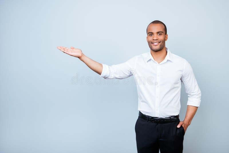 Jonge vrolijke succesvolle zwarte advocaat op de zuivere lichtblauwe bedelaars royalty-vrije stock afbeelding