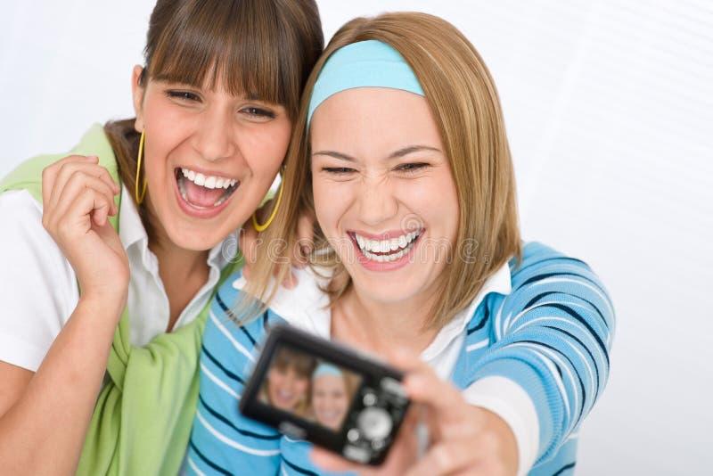 Jonge vrolijke vrouw twee die beeld neemt stock afbeelding