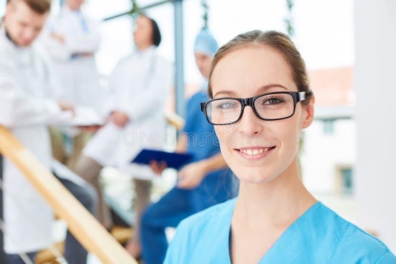 Jonge vrouw als chirurgische verpleegster royalty-vrije stock fotografie