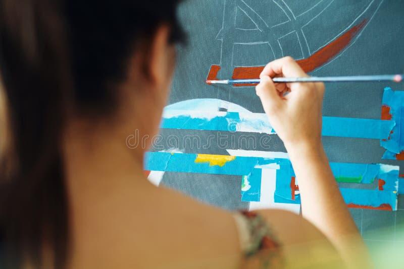 Jonge Vrouw als Kunstenaar Painting At Home voor Art Creativity royalty-vrije stock fotografie