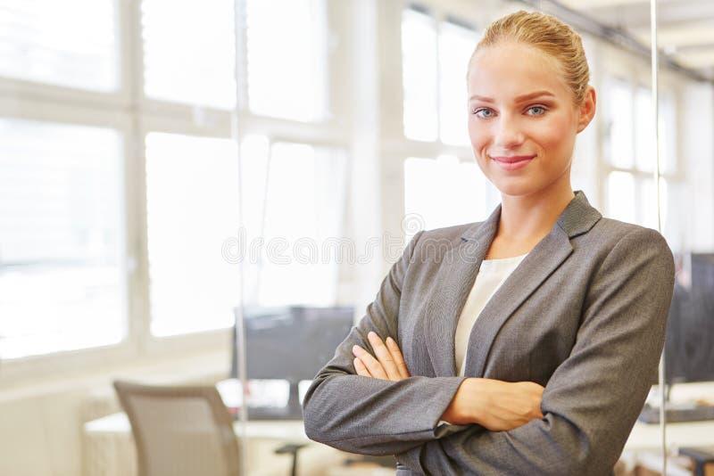 Jonge vrouw als zelf zekere handelsadviseur stock afbeelding