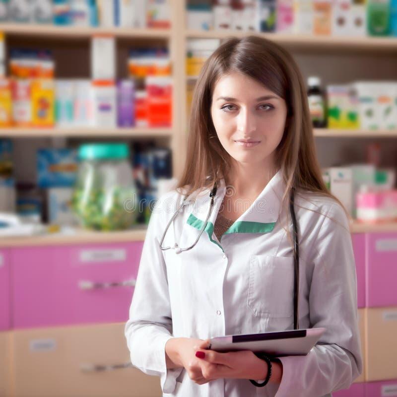 Jonge vrouw arts met digitale tablet in handen royalty-vrije stock foto's