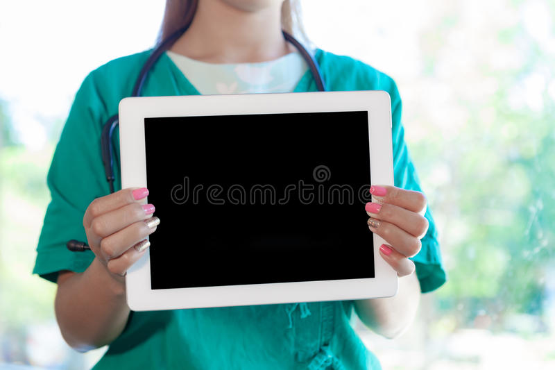 Jonge vrouw arts met een iPad royalty-vrije stock fotografie