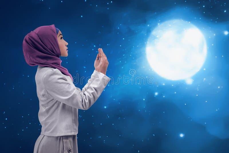 Jonge vrouw Aziatische moslim die aan god bidden royalty-vrije stock afbeeldingen