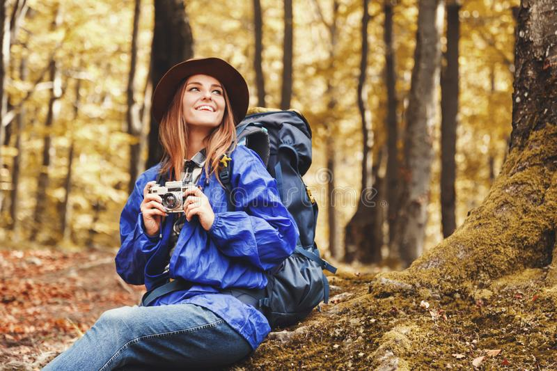 Jonge Vrouw Backpacker die in Autumn Forest In Mountains wandelen royalty-vrije stock foto
