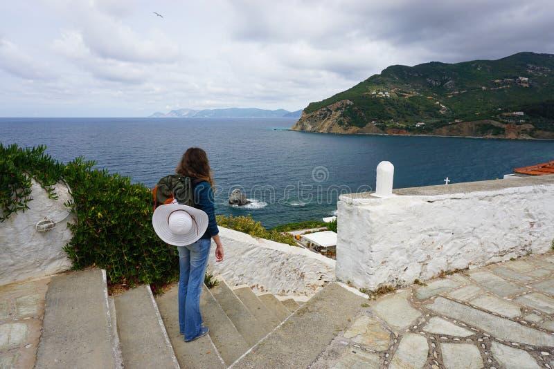 Jonge Vrouw Backpacker in Skopelos Griekenland stock foto
