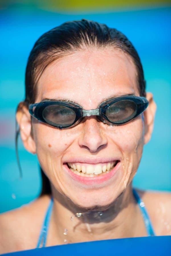 Jonge vrouw in beschermende brillen bij zwembad stock afbeeldingen