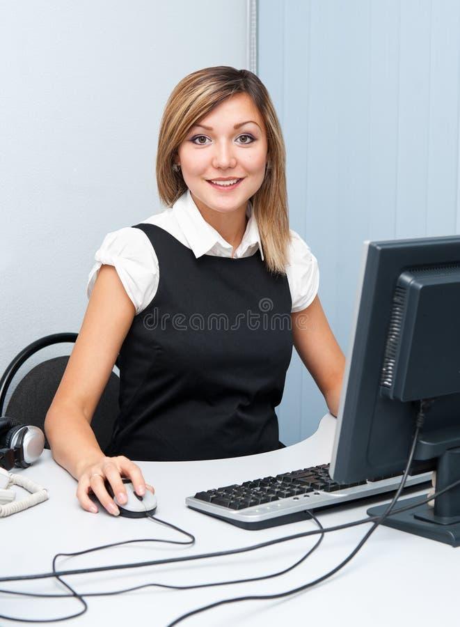 Jonge vrouw bij computer stock foto