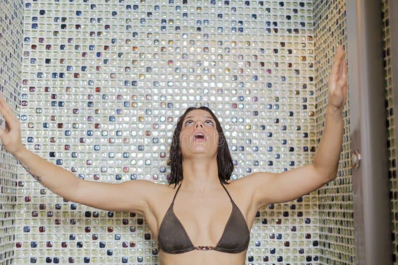 Jonge vrouw bij de douche royalty-vrije stock afbeeldingen