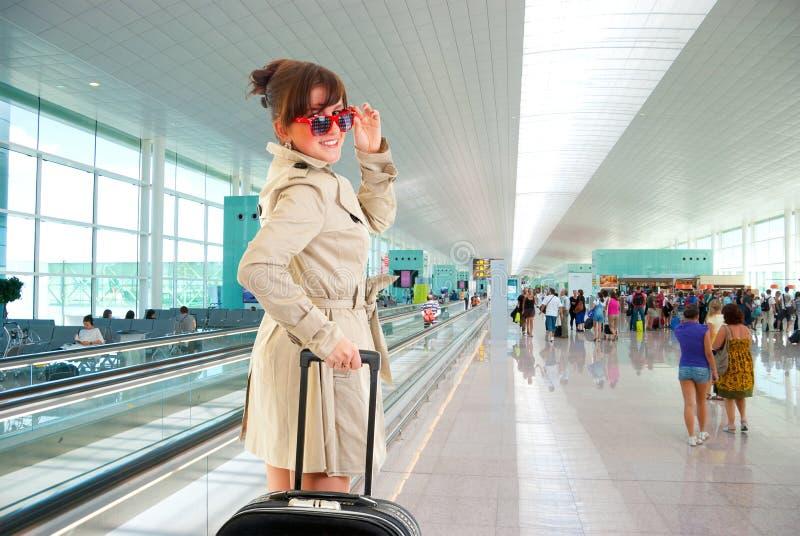 Jonge vrouw bij de internationale luchthaven royalty-vrije stock afbeelding