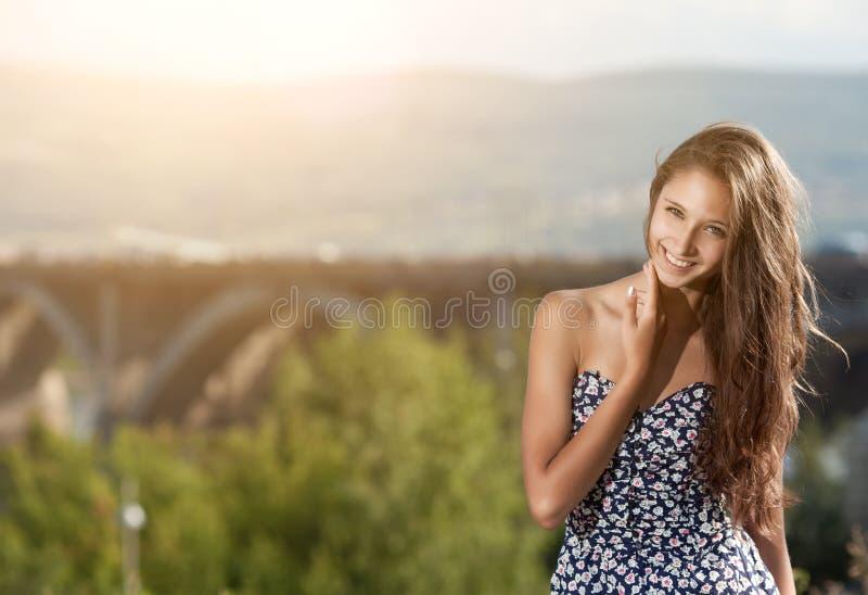 Jonge vrouw bij de straat in stad royalty-vrije stock afbeelding