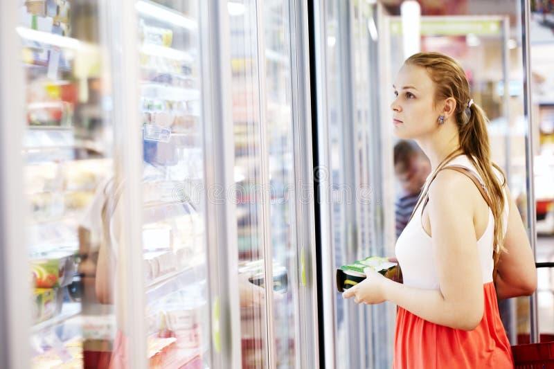 Jonge vrouw bij de supermarkt royalty-vrije stock foto