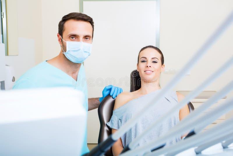 Jonge vrouw bij de tandarts stock afbeeldingen