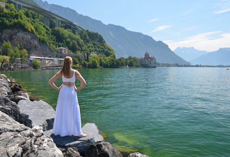 Jonge vrouw bij het meer van Genève stock foto's