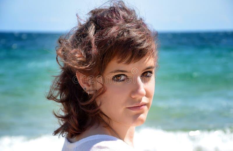 Jonge vrouw bij het strand royalty-vrije stock foto's
